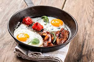 Обои Мясные продукты Яичница Сковородка Еда фото