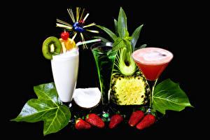 Обои Напитки Коктейль Клубника Ананасы Черный фон Бокалы Трое 3 Листья Дизайн Еда фото