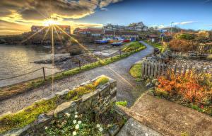 Обои Англия Дома Дороги Рассветы и закаты Побережье Корабли HDR Лучи света Craster Harbour Города фото