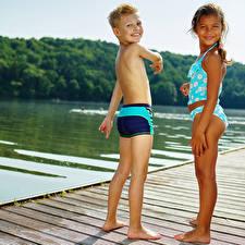 Фото Речка Мальчики Девочки 2 Купальника Ног Улыбается Ребёнок
