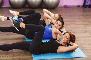 Картинки Фитнес Ноги Трое 3 Тренировка Растяжка упражнение Красивые Девушки