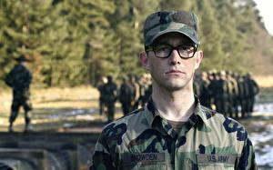 Обои Мужчины Joseph Gordon-Levitt Бейсболка Очки Камуфляж Snowden Фильмы Армия