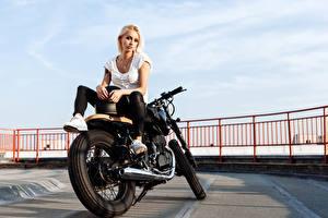 Обои Блондинка Мотоциклист Сидящие Девушки Мотоциклы