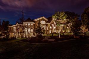 Обои США Дома Особняк Дизайн Ночь Газон Деревья Salt Lake City Utah Города фото
