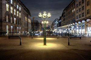 Обои Гамбург Германия Дома Ночь Уличные фонари Улица