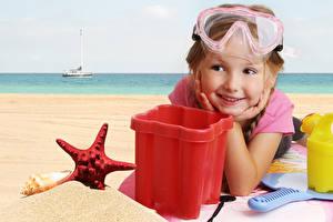 Фото Игрушки Пляж Девочки Очки Лицо Миленькие Ребёнок