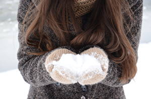 Картинки Зима Снег Волосы Шатенка Варежки