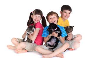 Фотографии Собаки Кошки Трое 3 Мальчики Девочки Ноги Щенки Улыбка Белый фон Ребёнок Животные