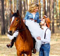 Картинки Лошади Мужчины Любовь Вдвоем Блондинка Шляпа Девушки
