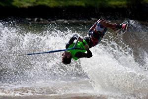 Картинки Мужчины Серфинг Брызги Спорт