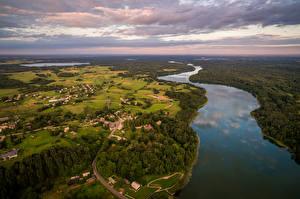 Картинка Пейзаж Литва Река Поля Лес Здания Небо Сверху Dubingiai Природа