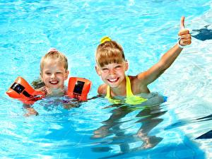 Картинка Вода Девочки 2 Плавательный бассейн Улыбка Дети