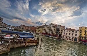 Обои Италия Дома Причалы Небо Венеция Водный канал Облака Canal Grande Города фото
