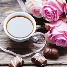 Фотография Натюрморт Кофе Конфеты Шоколад Розы Чашке Пища