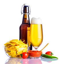 Обои Натюрморт Пиво Помидоры Бутылка Бокалы Чипсы Кетчуп Пена Белый фон