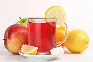 Фото Чай Яблоки Лимоны Чашке Белый фон Продукты питания