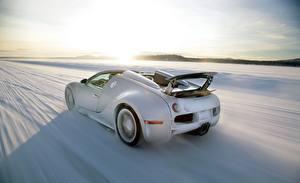 Обои BUGATTI Сзади Белый Движение Снег Veyron Grand Sport Roadster Автомобили фото