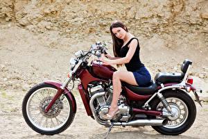 Фото Шатенка Мотоциклист Сидящие Мотоциклы Девушки