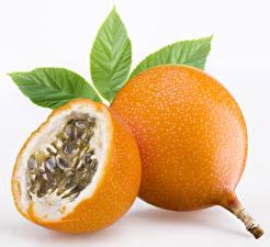 Фото Фрукты Крупным планом Листва Белый фон Passion fruit Продукты питания