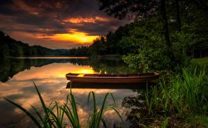 Картинка Речка Лодки Леса Рассветы и закаты Природа