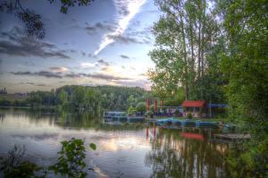 Обои Германия Озеро Причалы Лодки Небо HDRI Дерева Hücker Moor Spenge Природа