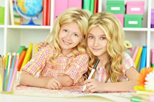 Картинки Девочка Двое Блондинки Улыбается Милые ребёнок