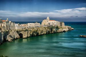 Обои Море Дома Италия Скала Vieste Puglia Города фото