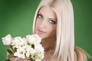 Обои Фрезия Розы Блондинка Лицо Мейкап Цветной фон Девушки