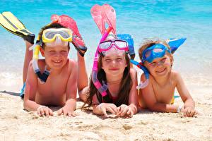 Картинки Пляж Девочки Мальчики Очки Трое 3 Ребёнок