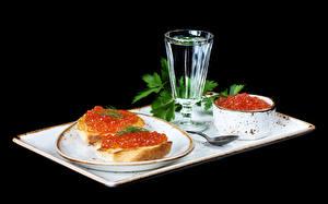 Фотография Натюрморт Водка Бутерброды Икра Черный фон Рюмка Тарелка Продукты питания