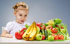 Обои Овощи Фрукты Бананы Томаты Перец Яблоки Девочки Смотрит ребёнок Еда