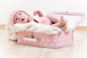 Фотографии Грудной ребёнок Шапка Чемоданы ребёнок