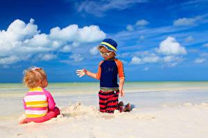 Обои Побережье Лето Небо Песок Мальчики Девочки Двое Облака Шляпа Дети фото