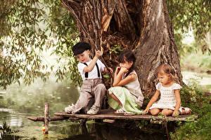 Картинки Рыбалка Девочки Мальчики Втроем Ствол дерева ребёнок