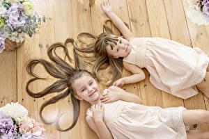 Обои Девочки Два Волосы Шатенка Платья Сердечко ребёнок