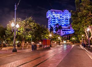 Обои США Парки Диснейленд Дома Калифорния Анахайм Ночь Уличные фонари Деревья Города фото
