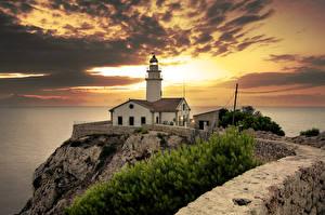 Обои Испания Побережье Маяки Рассветы и закаты Небо Мальорка Майорка Облака Cala Ratjada Природа фото