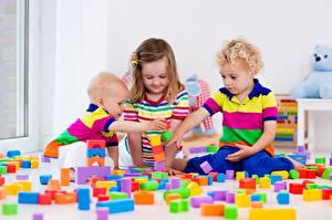 Фотографии Игрушка Мальчики Девочки Три Играет Дети