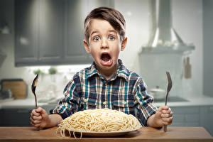Фотография Мальчики Макароны Лицо Вилка столовая Ребёнок