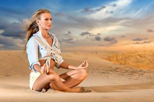 Фотографии Поза лотоса Йога Блондинка Песок Ноги Девушки