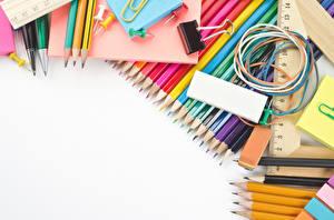 Картинка Канцелярские товары Карандаши Белый фон Шаблон поздравительной открытки Разноцветные