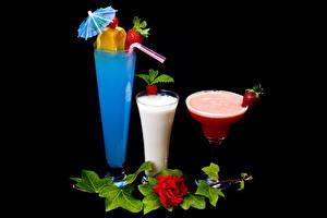 Фото Коктейль Клубника Розы Бокалы Трое 3 Черный фон Зонт Продукты питания