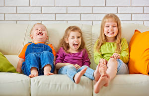 Обои Мальчишки Девочки Три Диване Улыбка ребёнок