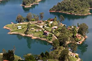 Картинка Тропики Озеро Здания Деревья Сверху Laguna de Guatape Medellin Columbia