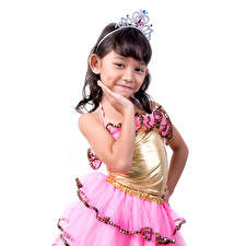Фотографии Девочки Платье Улыбка Белый фон ребёнок