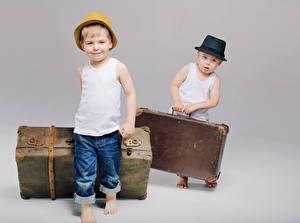 Фотографии Мальчики 2 Шляпа Чемодан Майка Джинсы Дети