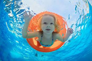 Картинки Вода Девочки Плавательный бассейн Лица Плывут Дети