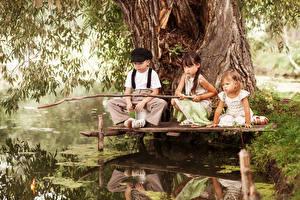 Обои Ловля рыбы Удочка Трое 3 Девочки Мальчишки ребёнок