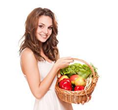 Картинка Овощи Шатенки Улыбается Корзины Белом фоне молодая женщина