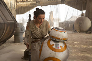 Картинки Звездные войны Звёздные войны: Пробуждение Силы Дэйзи Ридли Роботы Фильмы Девушки Знаменитости